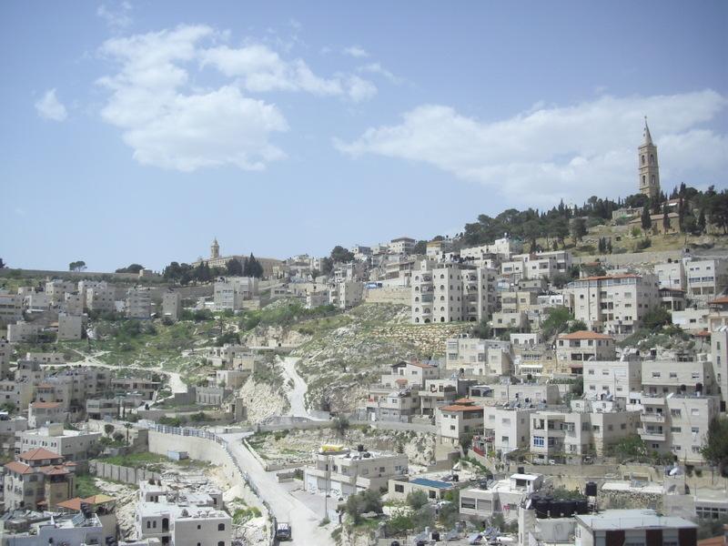 Dietro a Betfage, il Monte degli Ulivi